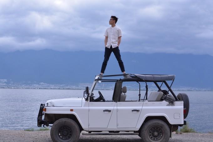过的一个网红摄影旅拍团队—贱人龙团队,开着吉普车环洱海去兜风拍照