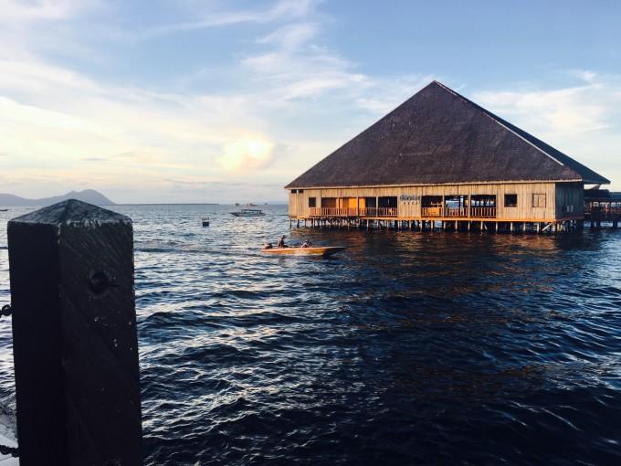 军舰岛有长长的拖尾沙滩,曼达布湾岛有漂亮的珊瑚礁,还有一个巴瑶水上