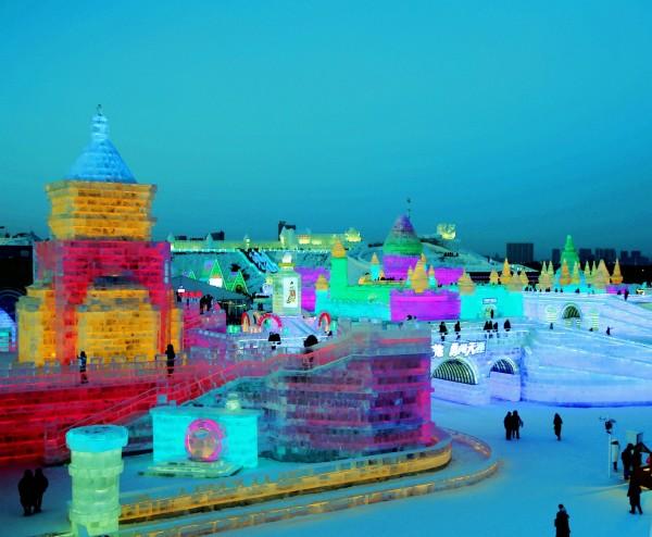 """哈尔滨冰雪大世界 哈尔滨冰雪大世界始建于1999年,是由哈尔滨市政府为迎接千年庆典神州世纪游活动,凭借哈尔滨的冬季冰雪时节优势,而推出的大型冰雪艺术精品展,展出名城哈尔滨的冰雪文化、展现哈尔滨冰雪旅游的魅力,至今已举办了18届。 第18届哈尔滨冰雪大世界,于2016年12月下旬试开园,2017年1月5日正式开园。园区占地面积达80万平方米,总用冰量达18万立方米,总用雪量达15万立方米。第18届冰雪大世界突破传统,创新策划,结合时代特点与游客需求,提出""""冰雪欢乐颂、相约哈尔滨""""的主题"""