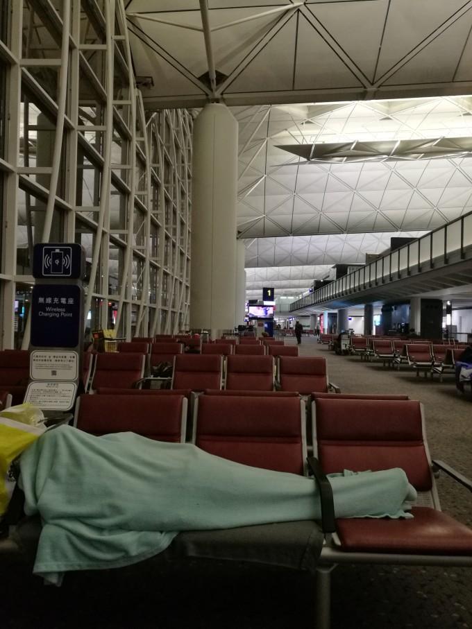 从北京坐飞机到纽约,在香港转机,国航飞机应在晚9点半到,结果晚点1个多小时,大约晚上11点到的香港机场。坐摆渡车,机场有转机的提示牌,顺着人流经过安检就到了侯机厅。免税店大部分都关了,有卖烟酒和化妆品的免税店营业。大约逛了一个小时,半夜12点又累又困。按提示牌找贵宾室,电梯显示7楼有24小时营业的贵宾室,上去后告诉停止营业了,返回6楼候机厅,咨询后在1号闸口找到贵宾室,中信钻石、招商私行、金葵花卡都不好用,是必须在香港开的白金以上卡才好用。我的只有龙腾卡好用,浦发银行赠龙腾卡点的含金量低,一次就扣4个点,