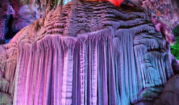 1. 在新余之北的蒙山,层峦叠翠,拥有丰富的喀斯特地貌溶洞,中国洞都风景区正坐落此处。  中国洞都风景区是一个以超自然溶洞观光,返传统穴居体验,颠覆传统的溶洞旅游;以牛郎织女为线索,结合分宜特色的夏布文化,探索姻缘起源为主题的溶洞群风景区。 中国洞都,仿若一本历经千万年岁月的故事书,这里的的景点,会带你走入一段奇妙的旅程。  中国洞都景区是华东地区密度最大的溶洞群之一,资源条件十分优越。过去,牛郎织女的藏在深山之中,一直未被世人知晓。随着易达旅游机构对中国洞都的精心打造,这才完整地揭开了牛郎织女故事的神秘