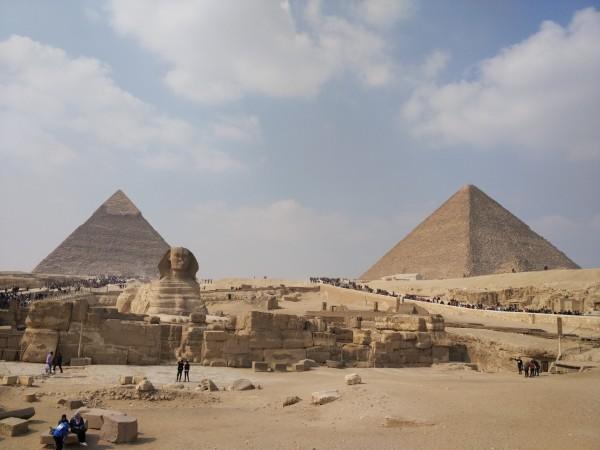 海南,一路向南》中的《变装策》),围上头巾,虽然手法拙略也不正宗,就算入乡随俗,应应景。     古希腊人称卢克索为底比斯,尼罗河将其分为东底比斯和西底比斯,东底比斯是神与人的家园,西底比斯是亡者的世界,所以神庙建在东底比斯,帝王谷、王后谷建在西底比斯。公元前1550年起,卢克索逐渐成为世界上最大的都城,人口众多,富饶美丽,拥阿蒙神为诸神之神,被誉为上埃及的珍珠。遗憾的是,即使明珠也难逃历史的法则,在战乱与权力更替中,卢克索屡遭洗劫和摧毁,住过数代法老的王城又怎样?千年积淀的古都又怎样?人类的文明怎么可