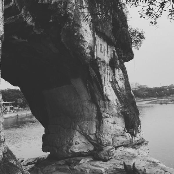 奈良寺庙的样子,东大寺、唐招提寺、药师寺,与中国有着一脉相传的美学传统。把唐风带到奈良的,除了诸多遣唐使以外,还有一位中国的高僧鉴真。 在历尽千辛万苦第六次成功东渡之前,长达一年的时间住在桂林的开元古寺。 如果你有来到桂林游览象鼻山的时候,细心一看介绍:象鼻山园内主要景点有:象山水月、普贤塔、北边临水的爱情岛、南麓的云峰寺及西南面的舍利塔。 这个西南面的舍利塔正是开元寺原址,为南北朝梁武帝在位期间(502-548)修建,有五进,为初唐寺庙的典型结构,是桂林佛教最早的一座寺院。鉴真大师第五次东渡失败之后一
