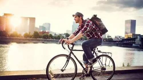 Парень на велосипеде