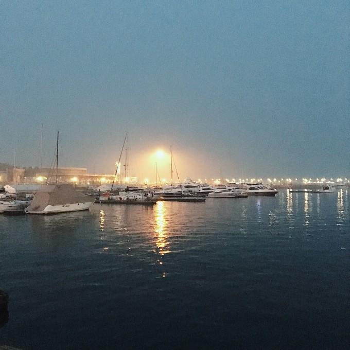 在五四广场海滨,可以饱览浮山湾,燕儿岛,太平角等景观.