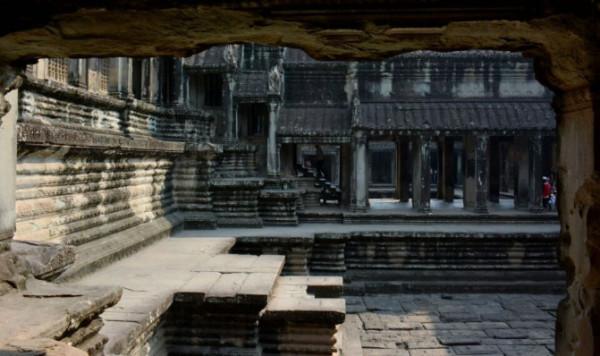 我们广义上讲的吴哥窟指的是吴哥大小600多处古迹,真正被联合国教科文组织列为世界文化遗产的只是这里吴哥窟(又叫吴哥寺,通常叫做Angkor Wat,小吴哥)。这里是整个吴哥古迹中规模最宏大,建筑最精美,保存最完整的一座寺庙。说它规模大,因为它的占地面积82公顷,相当于115个足球场;说它最精美,因为它用了将近1000万块重达8吨的石板垒叠而成,就是说石板之间没有任何的粘合剂,完全靠石板的重量和组织结构的严密来完成,整个建筑被浮雕所覆盖,被称作雕刻出来的寺庙;说它最完整完全得益于周围190米宽的护城