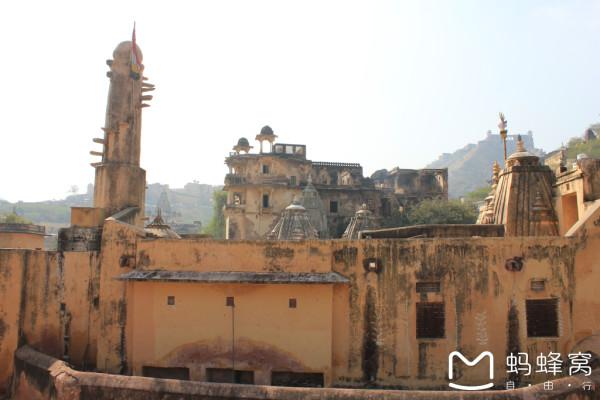阿格拉境内。该遗址拥有众多颇具特色的寺庙和一座气势宏大、装饰豪华的皇宫,突出地体现了莫卧儿文明的辉煌成就。城市的主体建筑以赤沙石为原料,装饰着嵌出图案并刻上各种细密精致花纹的白色大理石,城中的清真寺是印度最大的清真寺之一,可以容纳1万多名信徒。此外,它还是圣人谢赫沙利姆奇斯蒂的陵墓的所在地。 大雾弥漫,但是游客很少,感觉非常棒!这里也是有非常浓郁的异域风情,占地面积也比较大,而且很漂亮。         有只乌鸦站在上面,更增加了沧桑感。   上面这个好像是大臣们议事的地方,话说,这么大,怎么听的清楚啊