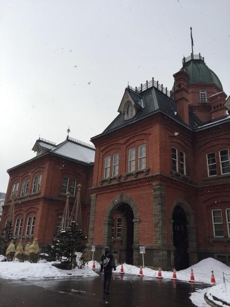 是一座用红砖建造巴罗克风格的欧式建筑