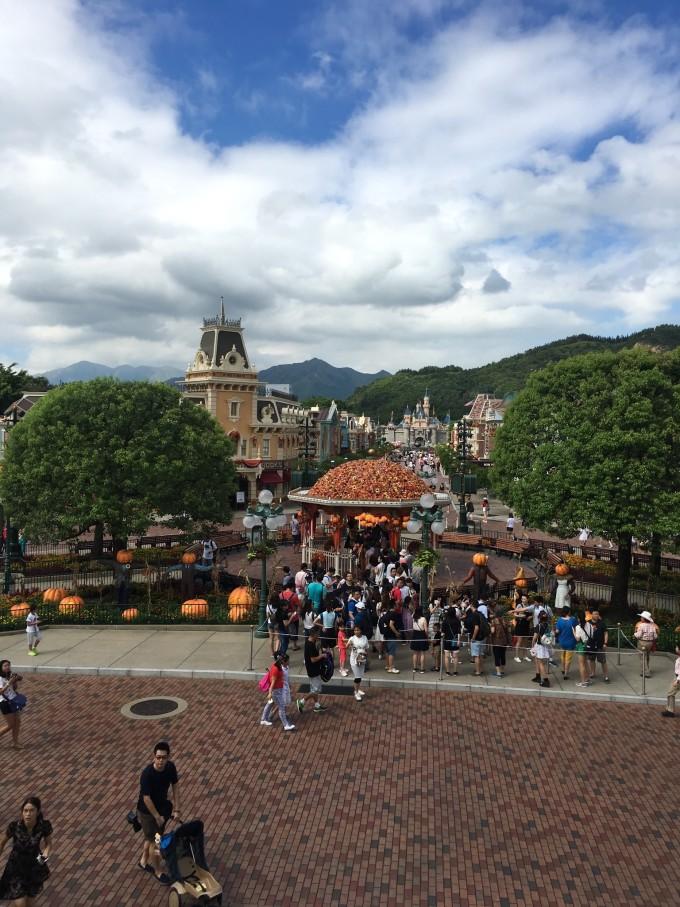 前记: 第一次写游记, 没有标准的格式,只是以真实的片片段段经历道来。 未曾想吸引读者, 只求日后再看能给自己以充实暖暖的回忆。 此次港岛行,主要是想去迪士尼还了少女梦,想去大屿山拜拜大佛,为家人祈福,另外想去繁华的香港岛看看,走一走这大街,想去香港大学看看别人的大学,想去太平山顶看一看这繁华的夜景。如果有时间充足想去西贡吃海鲜,只是最终并未来的及。 人物:我跟蒋 出发日期:2016-10-2 时间:5天 花费:8000 照片也并非专业,只是为了记录。 住宿:Airbnb上租的民宿, 也是第一次使用这个a