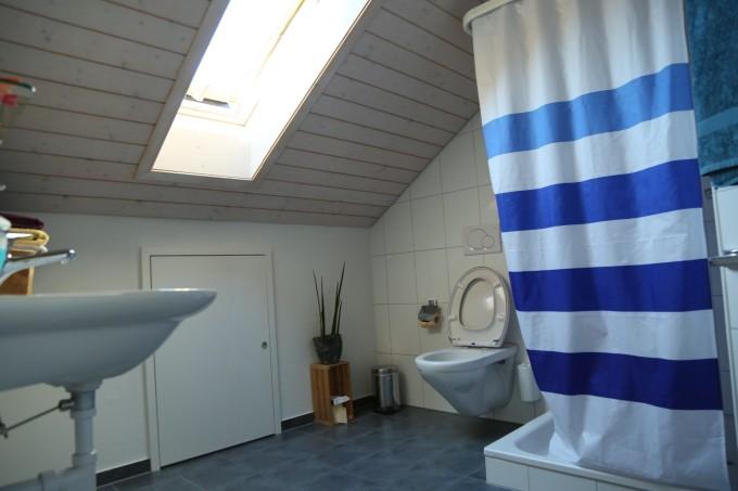 我们的房间内部,洗手间非常宽敞明亮,而且一尘不染.