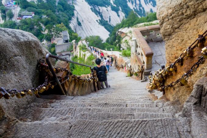 在苍龙岭遥望北峰 苍龙岭是华山著名险道之一,其位于救苦台南,五云峰图片