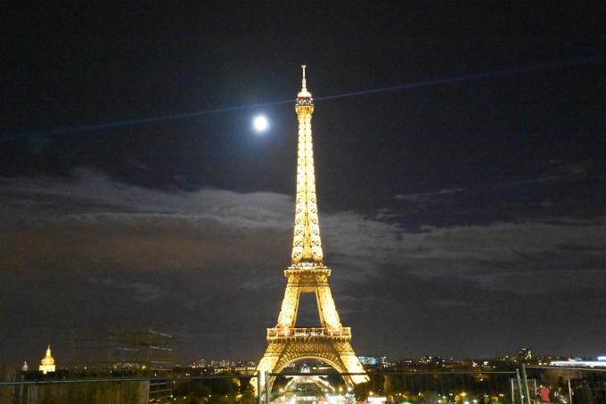 埃菲尔铁塔点亮葡萄牙国旗