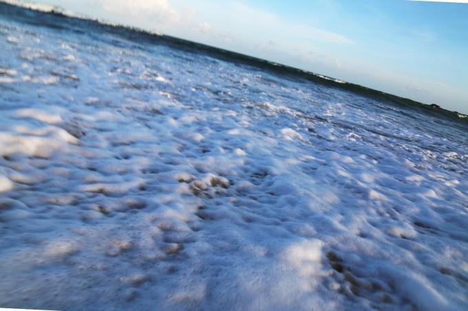 蓝天白云下的海边,石头山矗立,据说那是锡兰豹子出没的地方.