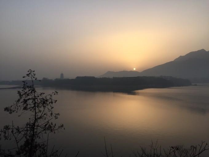 又是一个雾霾天,天气预报说京城?#21916;?#37325;度雾霾,于是我们决定向北去碰碰运气。在年票还没去过的景点?#20852;?#32034;,发现清凉?#32676;?#21315;尺珍珠瀑相距不到8公里,又正好是在京城的正北方向密云,就是这里了。临行前,考虑到行车路线经过国科大雁栖湖校区,听?#25932;?#22253;景色不错,紧靠雁栖湖,想着万一时间早可?#36816;?#36335;进去考察一下。 11:30我们出发了。沿京承高速30多公里后在怀柔县城出口出来,转入京?#21191;?#21363;G111,一路向北,过幽谷神潭后约10公里,见云梦仙境指示牌右转,进入S310路。按照导航提示,再行驶18公里即可到达清凉谷。 进入S310后
