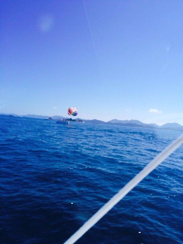 有一片海域,呈天蓝色,特别美.