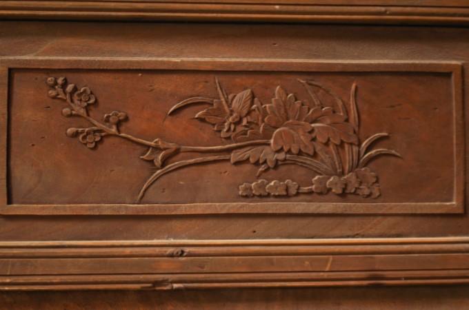 木雕屏风,雕刻有蝙蝠,八仙人物故事等,以及卷草纹饰.