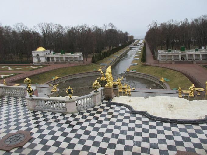 在喷泉群一个大半圆形水池的中央,耸立着大力士参孙和狮子搏斗的雕像